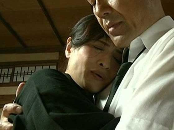【ヘンリー塚本】喪服姿で、夫の遺影の前で性交してしまう人妻!!悲しい時でもセックスがしたい…人間の本能!