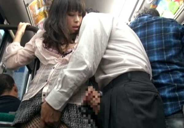 『ヤラレタイ』…欲求不マンの人妻は路線バス内で見つけた勃起チ○ポに飛びついてコトに及んでしまう!!