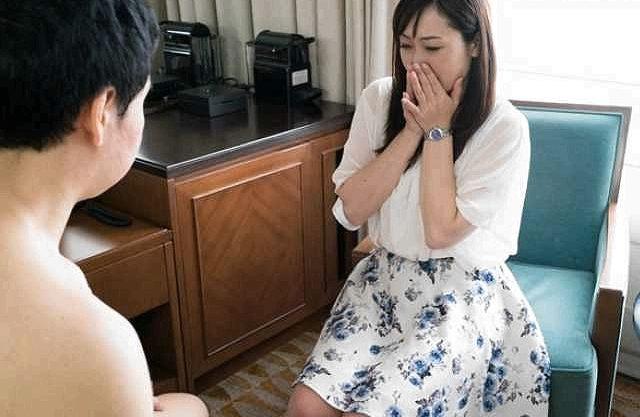 【熟女ナンパ】『(やだ、大きいわ…♡)』見るだけのはずがついついオナニーのお手伝いをしてしまうエロ魔女ww