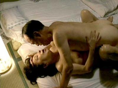 【ヘンリー塚本】老いてもやめられない夫婦の営み!『毎月1度はしております…』六十路熟女が寝ている旦那を逆レイプ!