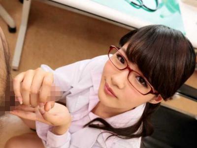 【主観】『こういうのはどうですか?♡』メガネの女医が下から見つめてチ○ポをしごく!悪いもの含め全部出ちゃいそうww
