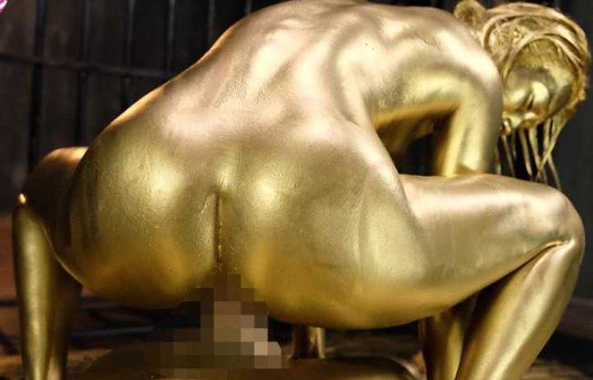 【メッシー】真っキンキンの黒ギャルはまるで芸術作品の美しさ!!根強いファンがいるのも納得の金粉プレイ