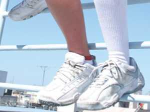 【フェチ】女子校生が運動靴でM男を蹂躙!靴のまま足コキ、ふみ付け淫語からの、靴に清涼飲料水を注いで飲ませる謎プレイw