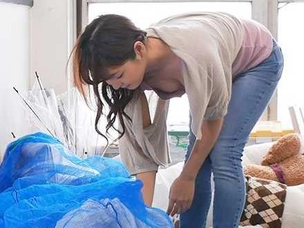 〖人妻〗ゴミを出す人妻の胸チラに興奮!無防備すぎる人妻のまぶしすぎる胸元に衝動を抑えきれなくなった結果…!