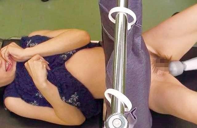 ◆おしっこ◆診察台の人妻を電マでイタズラ!オマ○コ刺激でお漏らし失禁大噴水!恥辱を与えまくる鬼畜!