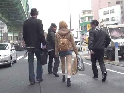 〖外国人〗日本に入国、早速ナンパ!素人金髪美人をマッサージ!巨根を見せつけ生挿入に持込むww