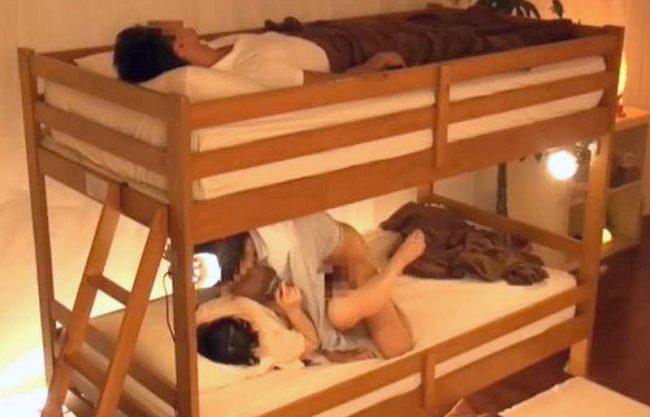〖NTR〗『ぜったい秘密にしようね…♡』すぐそばにいる彼氏に気づかれないようにこっそり寝取り!中出しキメるヤバイやつ!!