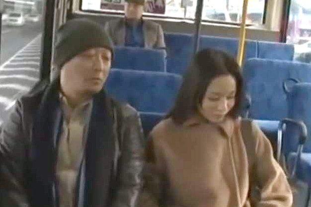 〖ヘンリー塚本〗痴女がバスで男をロックオン!オマ○コを一方的に見せつけてチ○ポぶっこ抜きでそのまま下車www