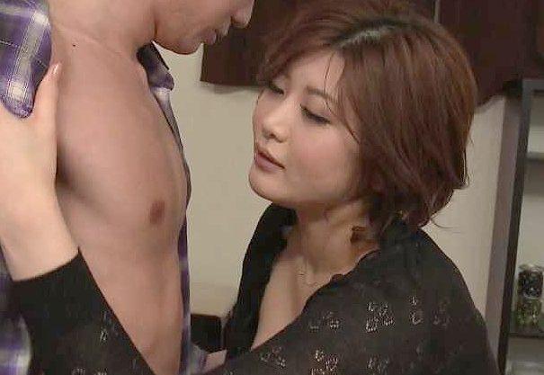 〖熟女〗『んっ、固くなってる…♥』新しい母はぽっちゃり爆乳でエロすぎ!SEXをのぞき見てフル勃起の少年w