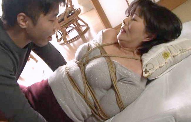 〖熟女〗『んっ、ダメです…!』おばさんに欲情して緊縛拘束!強制イラマチオにガチハメNTRレイプで絶頂