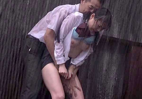 〖レイプ〗『あぁッ、離して…!』ゲリラ豪雨に打たれたビショ濡れJK!発情した痴漢の餌食になり鬼畜な凌辱Fuck!!