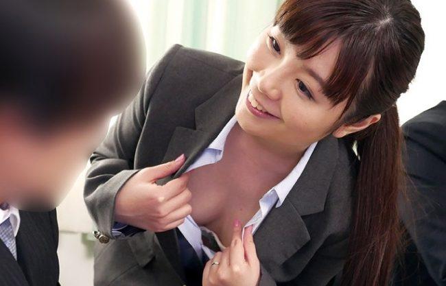 〖熟女〗『こういうサービスがありますよ♥』保険の人妻が誘惑交渉!フェラ抜き⇒パイパンマ○コにガチハメで1件成約w