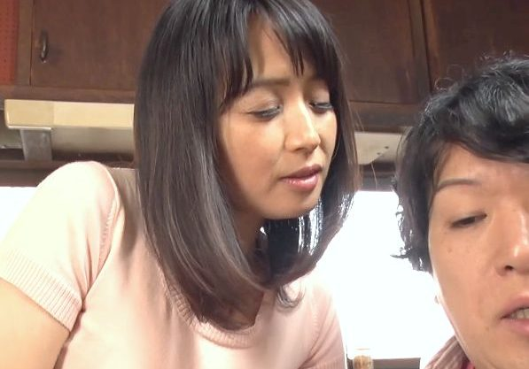 〖熟女〗『触っていいのよ…♥』隣に住む奥さんが五十路ボディで誘惑!ウブな少年を誘ってイカせる痴女おばさん